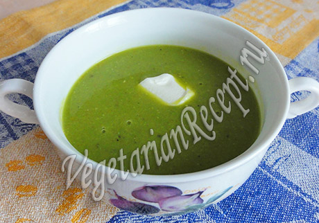 кладем в суп сметану и подаем
