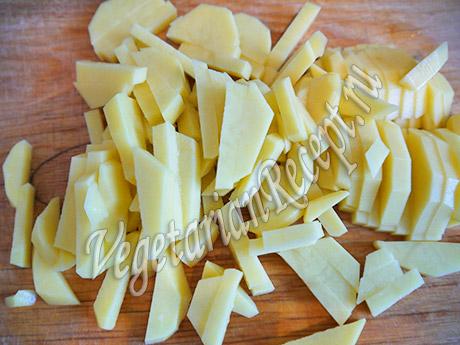 нарезанная картошка для супа с клецками