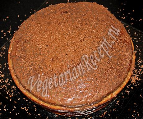 посыпаем торт шоколадной стружкой
