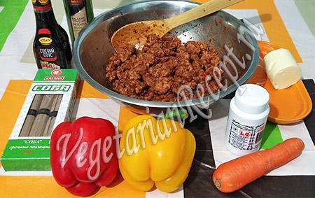 гречневая лапша, овощи и ингредиенты для якисобы