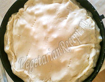 сформированный закрытый пирог с брокколи и картошкой