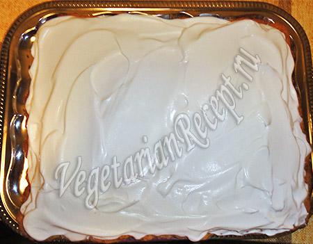 наносим на пирог сливки