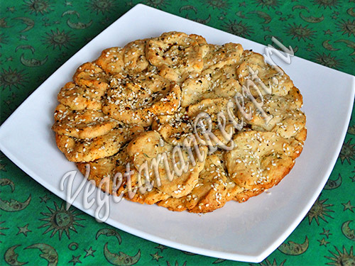 пирог с пряностями и кунжутом