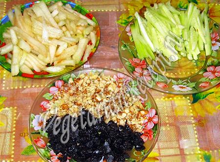 нарезанные груша, огурец, чернослив и орехи
