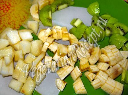 режем на кусочки банан и киви