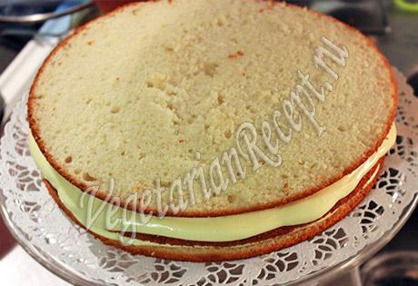 накрываем торт третьим коржом