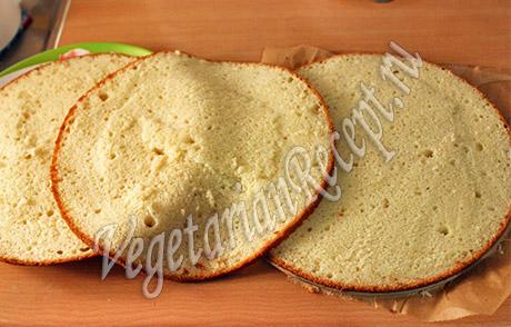 рарезанный на 3 части бисквит