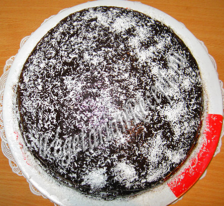 украшаем торт кокосовой стружкой