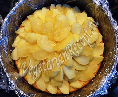 яблоки кладем на бисквит