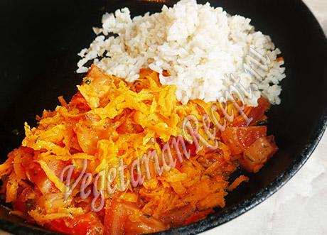 смешиваем рис с овощами