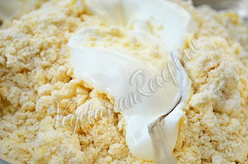 Пирог со сливами - наливаем в крошку сметану