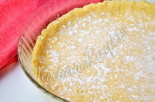Пирог со сливами - посыпаем крахмалом тесто
