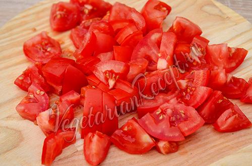 помидоры нарезаем