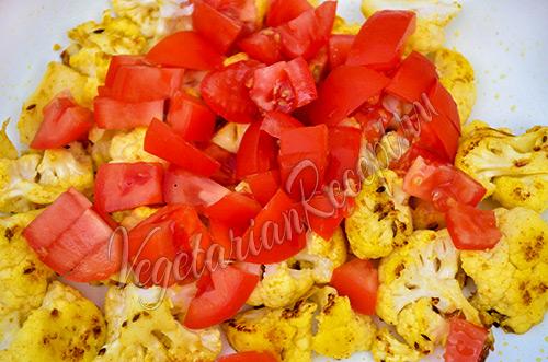 кладем помидоры к цветной капусте