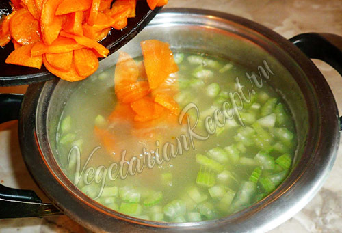 перекладываем морковку в суп с чечевицей