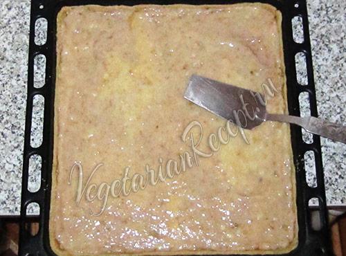 разравниваем начинку по пирогу