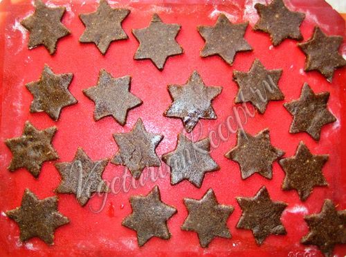перекладываем ореховое печенье на ппротивень