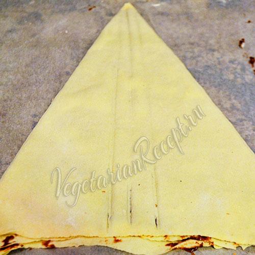 формируем из слоеного теста треугольник