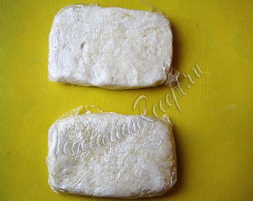 кладем творожное тесто в холодильник