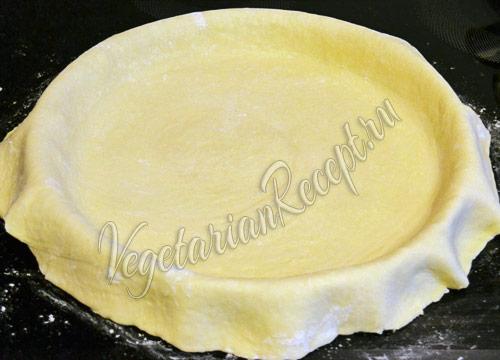 укладываем тесто в форму для пирога