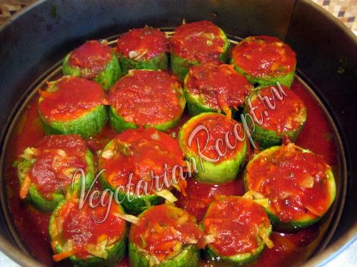фаршированные овощами кабачки заливаем соусом