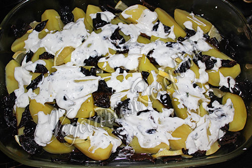 поливаем картофель сметанным соусом