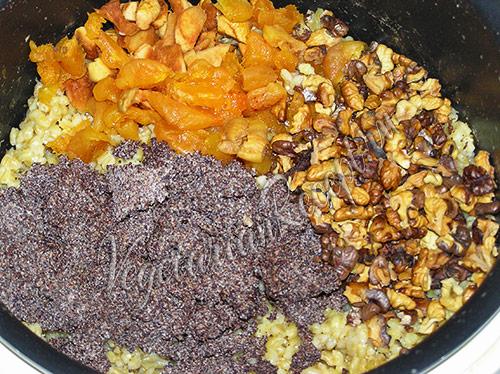 добавляем сухофрукты, мак и орехи