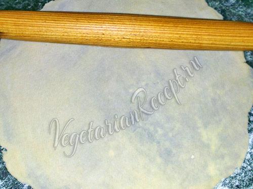 раскатываем скалкой тесто в тонкие пласты
