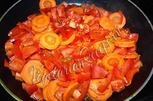 выкладываем овощи в сковороду