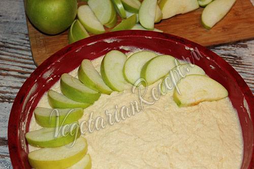 выкладываем по кругу яблоки