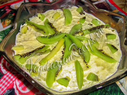украшаем слоеный салат киви