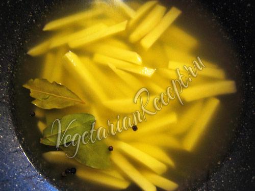 приготовление супа - варим картофель