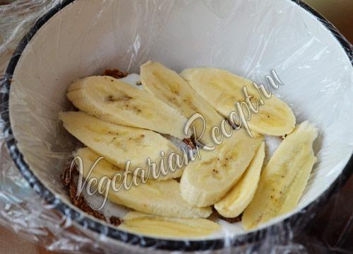 выкладываем на пряники слой бананов