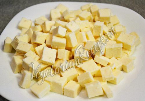 сыр, нарезанный кубиками