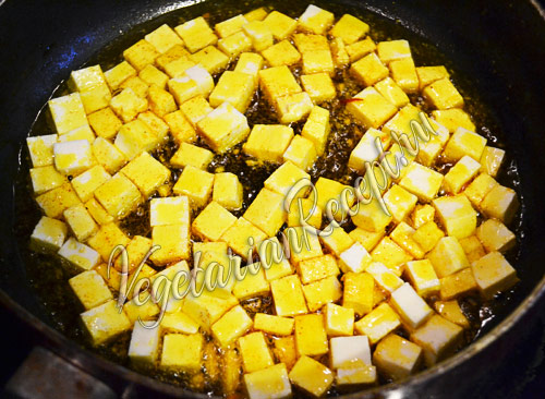кладем сыр в сковороду