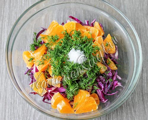 добавляем в салат с мандаринами зелень
