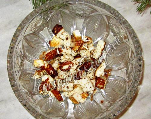 выкладываем первый слой салата - из сыра