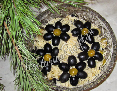салат с кабачком, сыром и оливками