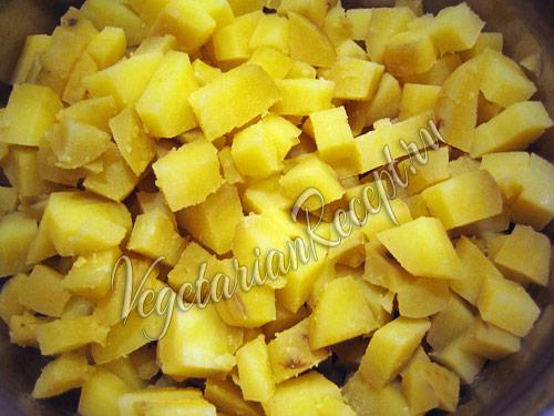 нарезанный кубиками картофель для салата