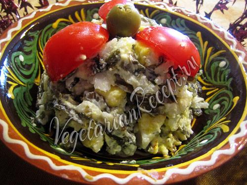 """салат с рисом, морской капустой и """"яйцами"""""""