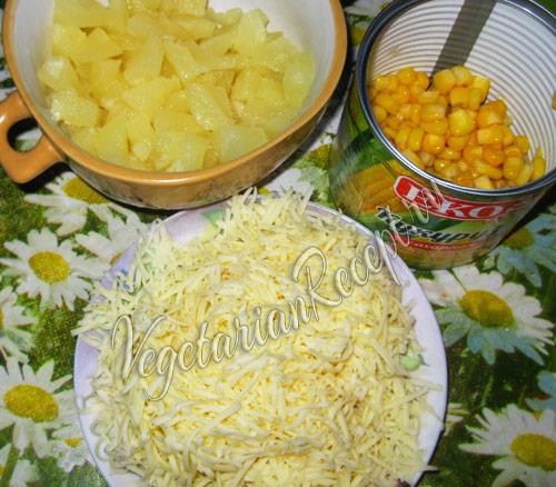 ананас, сыр и кукуруза