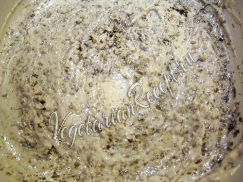 смазываем слой салата майонезом