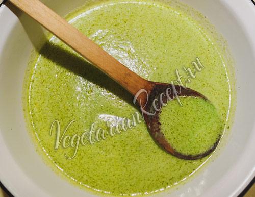 вливаем зеленую шпинатную смесь