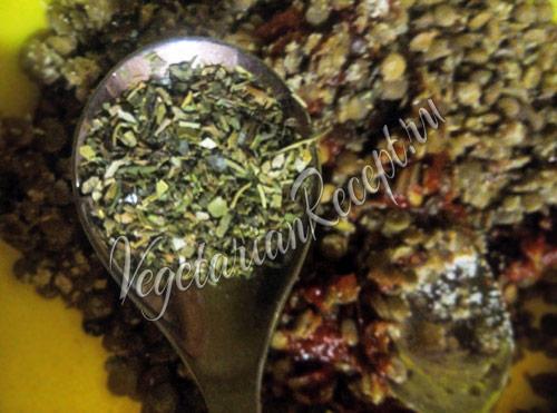 пряные травы насыпаем в чечевичную кашу