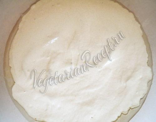 разравниваем тесто по сковороде