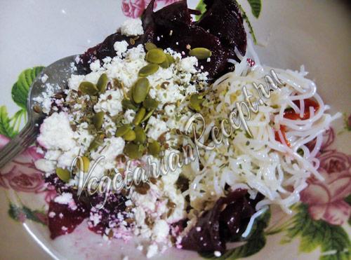 салат с фунчозой, свеклой и творогом