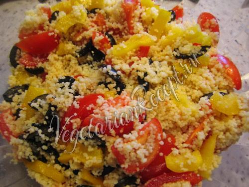 смешиваем кускус с помидорами, маслинами и перцем