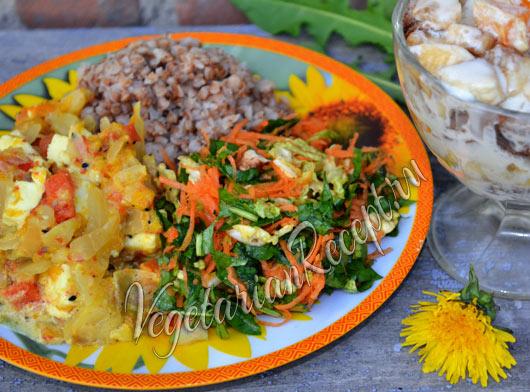 ужин - салат из одуванчиков, гречка и тушеные овощи
