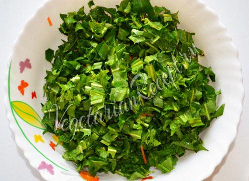 нарезанные листья одуванчика
