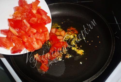 добавляем помидоры в разогретое масло со специями